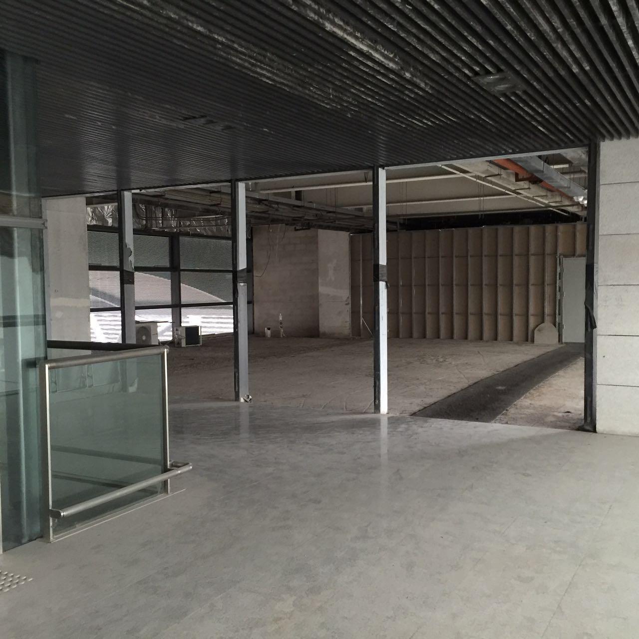 西站候车大厅内商铺