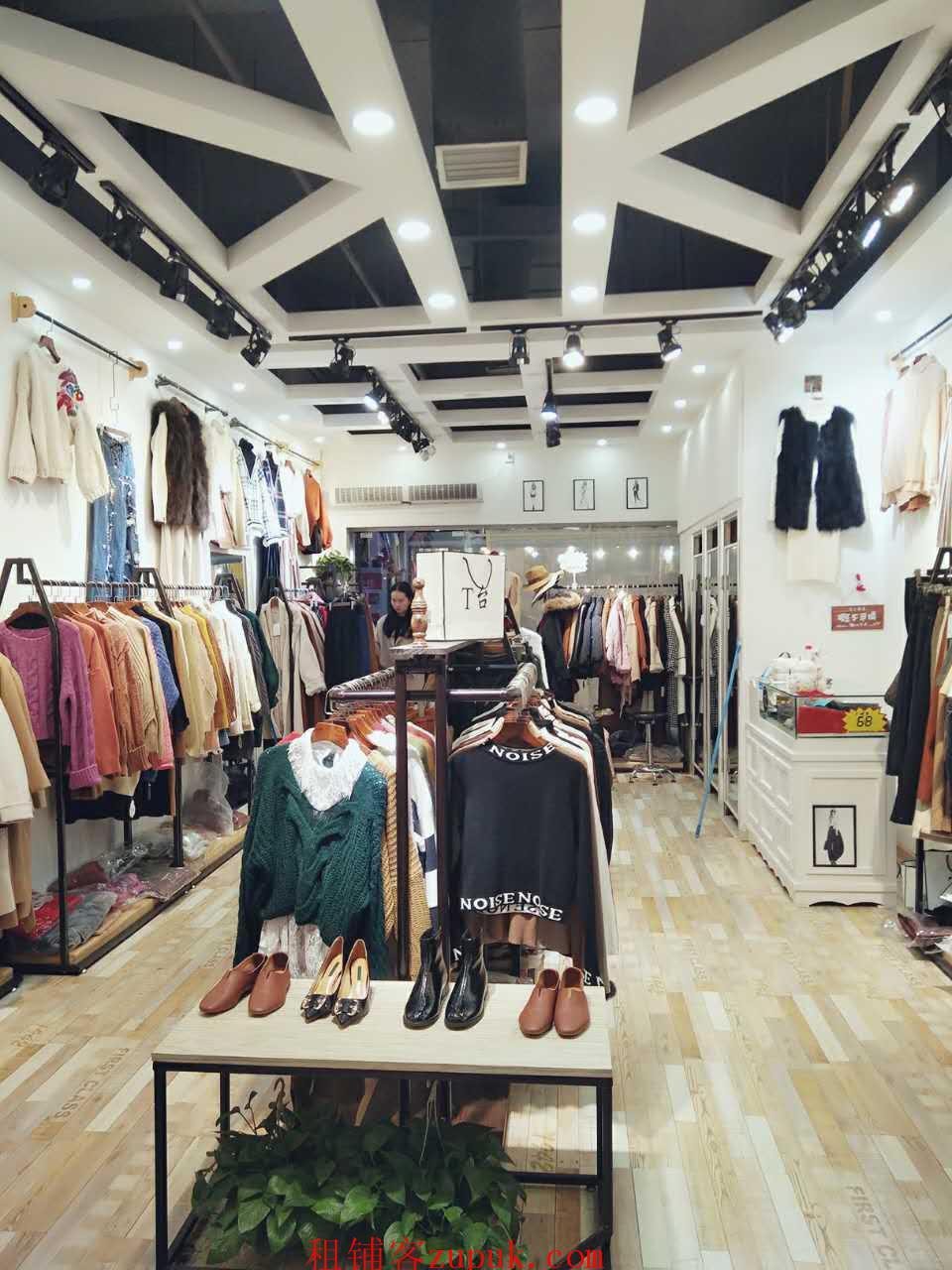 光谷步行街服饰鞋包商业街店铺