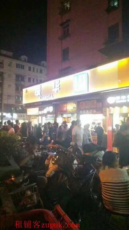 浦东蓝村路地铁站 周边夜市生意火爆 外地居民众多