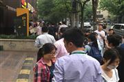 陆家嘴金融贸易区,地铁站出口十字路口,重餐饮执照。