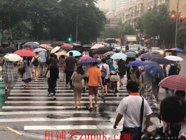 定西路十字路口 办公楼环绕 客流大参与聚集地