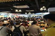 营业中的美食城 沿街一楼展示面大 饭点人挤人