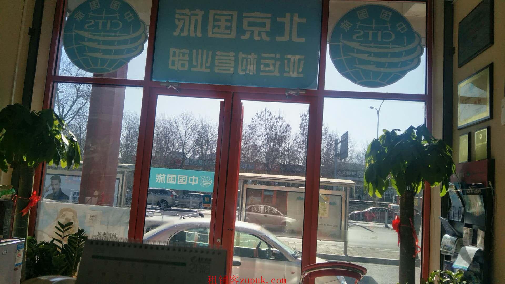 惠新西街南口地铁旁20米,门口是公交站