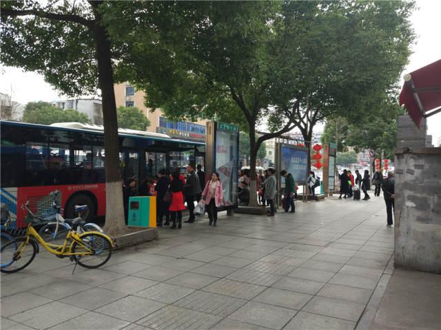 西站附近正公交站台黄金位置商铺转让,人流量非常大