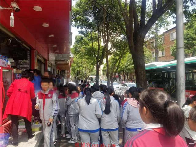 学校对面小吃店便宜急转