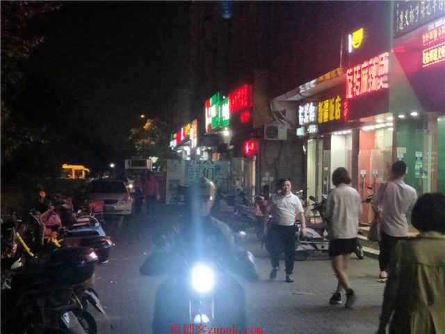 闵行区交通大学旁沿街一层旺铺招租平时吃饭排队就餐