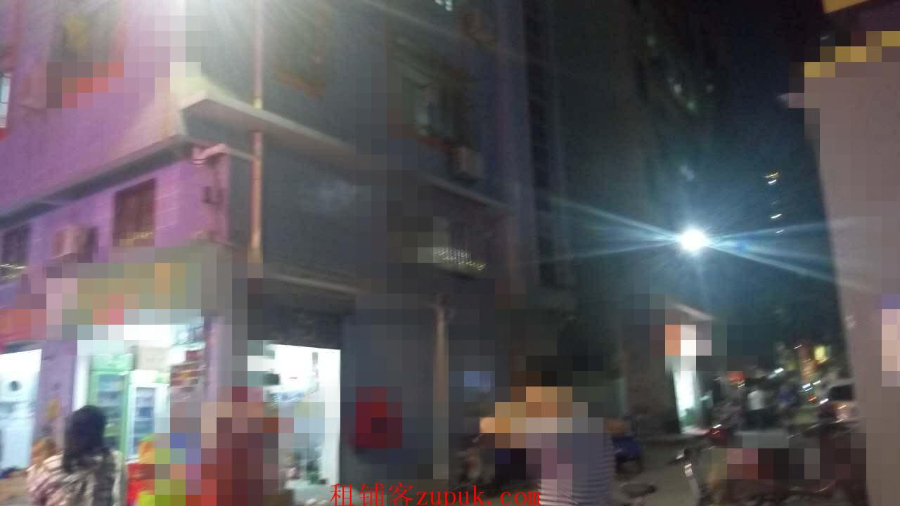 城中村十字路口旺铺,晚上是商业步行街