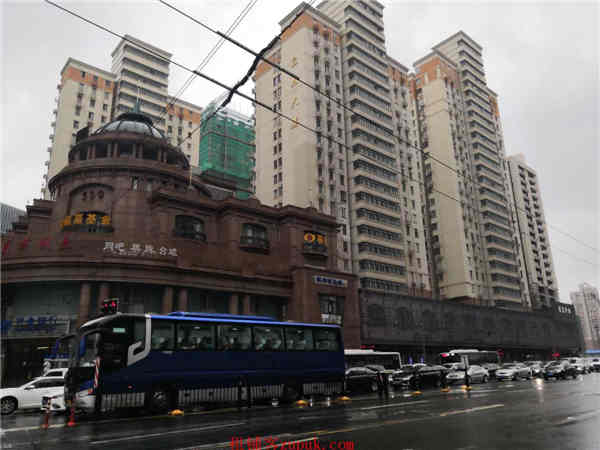 宝山沿街一层旺铺招租,小型饭店执照,展示面大