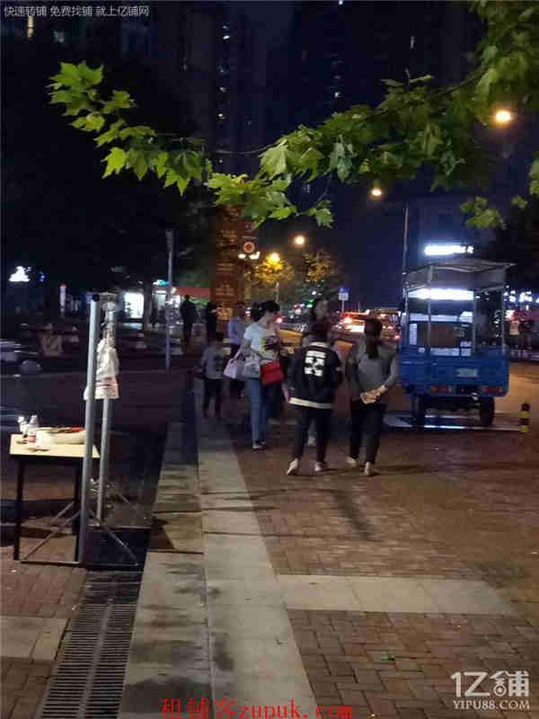 两个成熟社区广场140㎡餐饮店转让