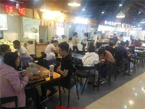 上城区龙翔桥沿街十字路口美食广场 人流超大排队就餐