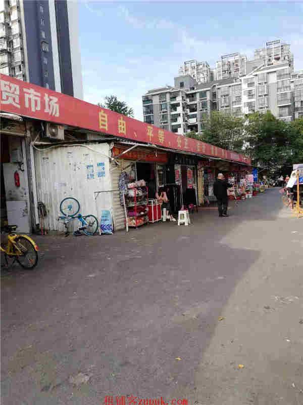 马王堆银港农贸市场正门口