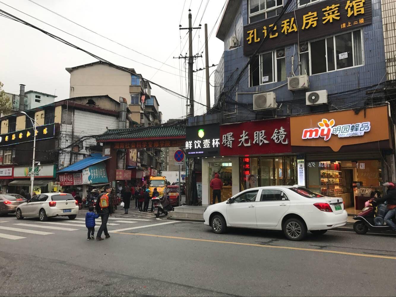 开福区一中旁边160㎡餐饮店10.8万转让(可空转)