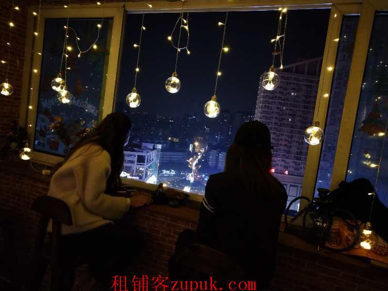 沙坪坝三峡广场商业街营业中小酒馆