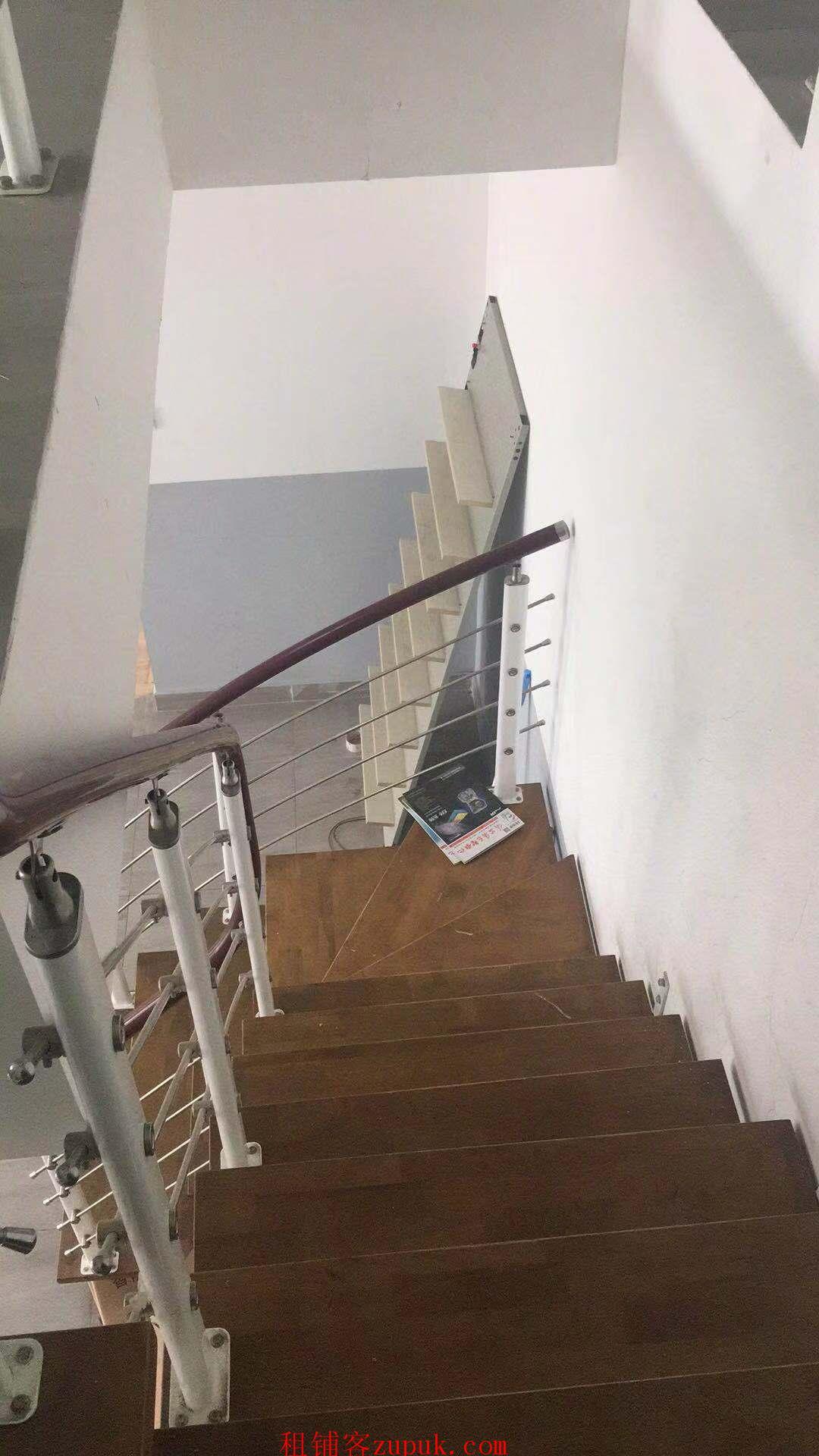 南京南站绿地之窗134平LOFT写字楼出租(无他费)