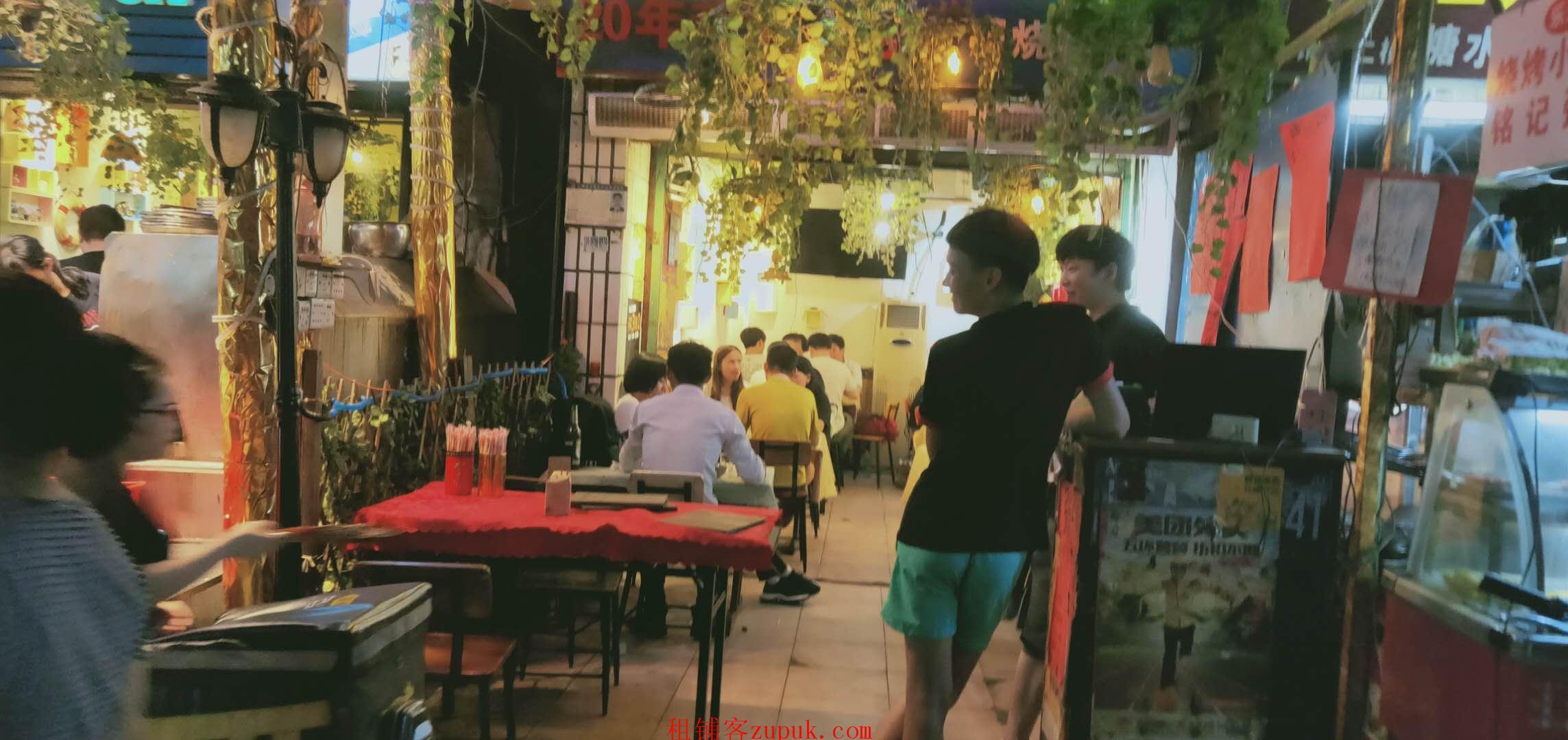 江泰路地铁旁小吃店,门口人超多,可各种餐饮,