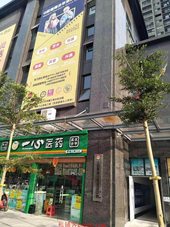 荣耀江南小区正门便利店转让,带烟证,接收可盈利!