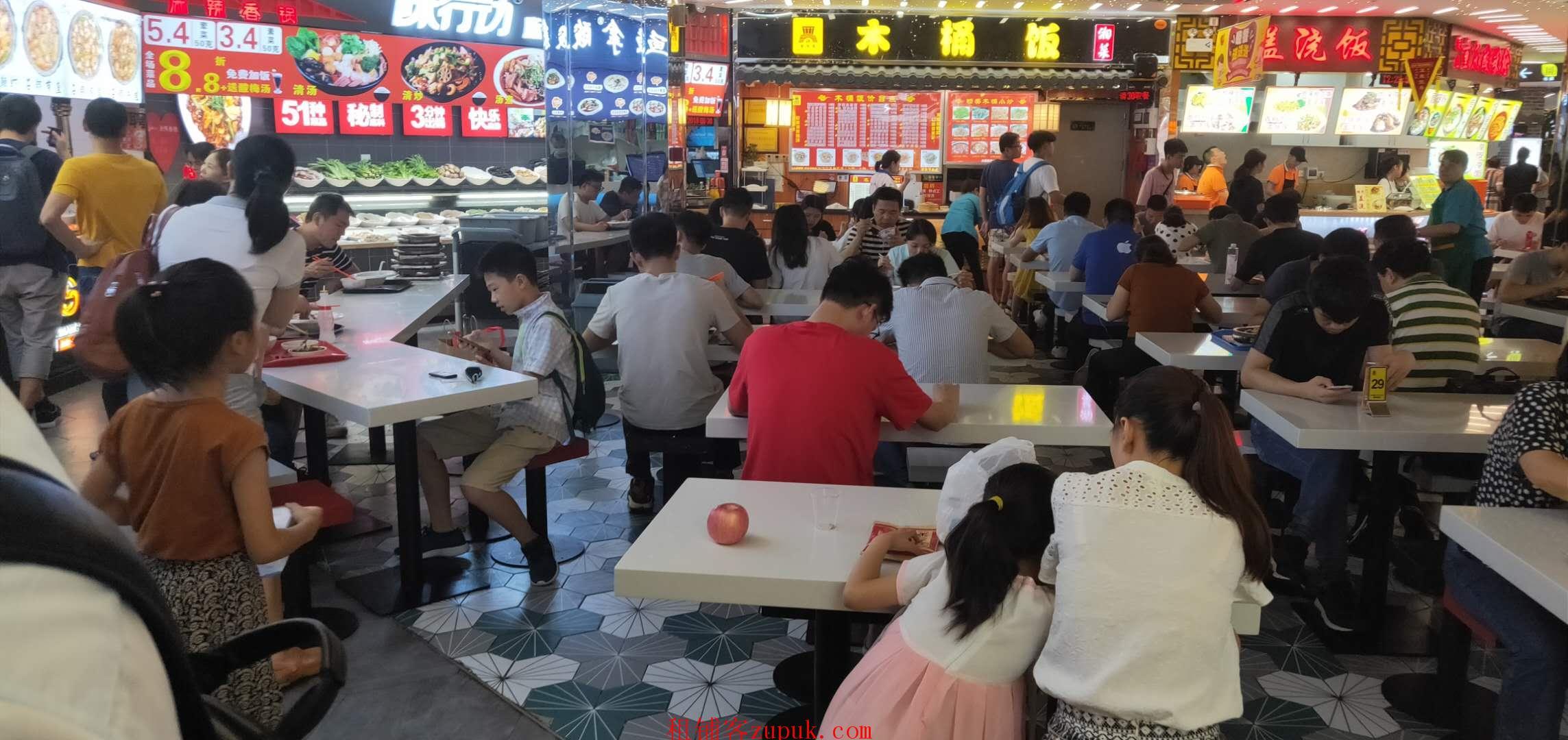 甲子路,小吃店,门口人超多,可各种餐饮饭食