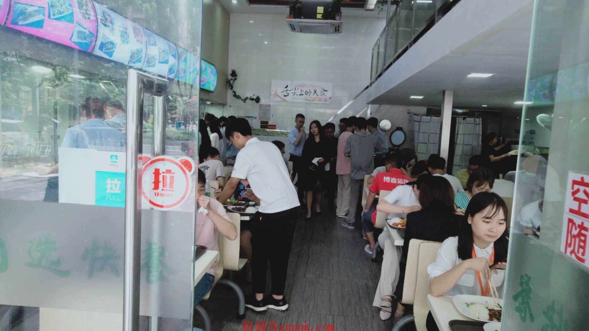 华洲路,小吃店,门口人超多,证照齐全