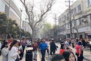 东川公路沿街餐饮商铺 人群川流不息展示面大