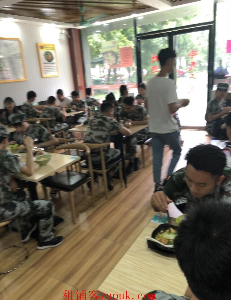 8000千人学校美食街,因和长辈合伙,矛盾重重,故转让