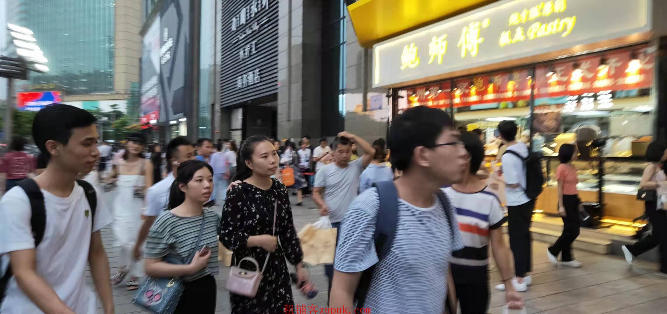 东川路,街1楼人超多,可各种小吃点心饭食,生意好做