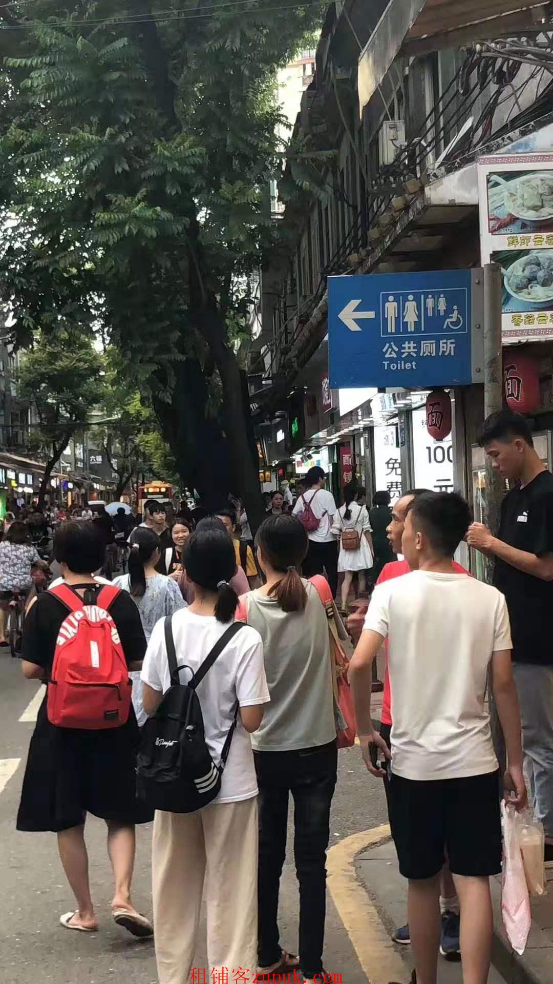 龙怡路,街口小吃店,门口人超多,可各种水果捞炸鸡汉堡,