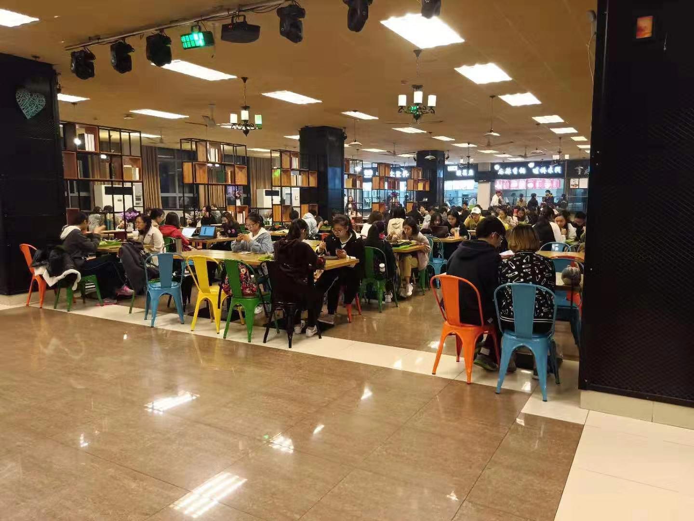 闵行华东大学唯一食堂 2万学生就餐 吃饭排队就剩一席
