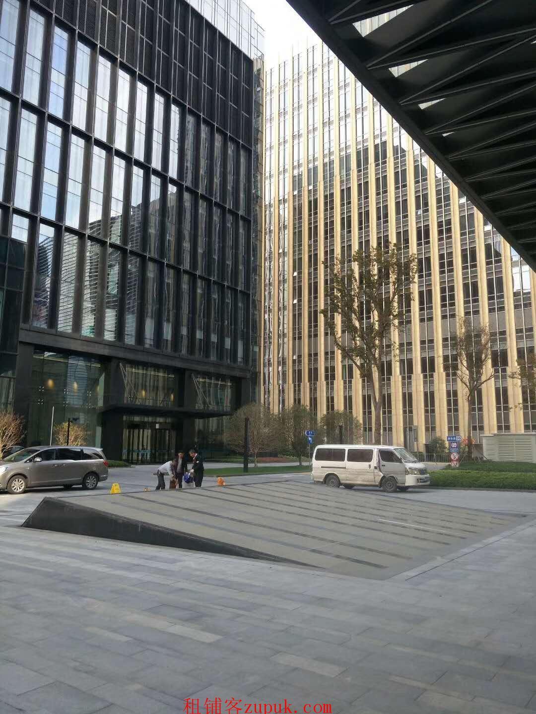 绿地中央广场仅有位置 双展示面 办公人员超多 固定消费