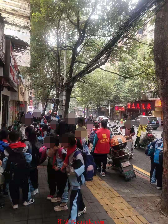 黔灵东路学校门口临街门面低价转让