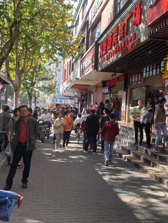 昌里路沿街小吃店  房东直租无转让费 拐角位置全天客流大