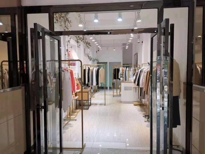 长沙大学美食街服装店转让