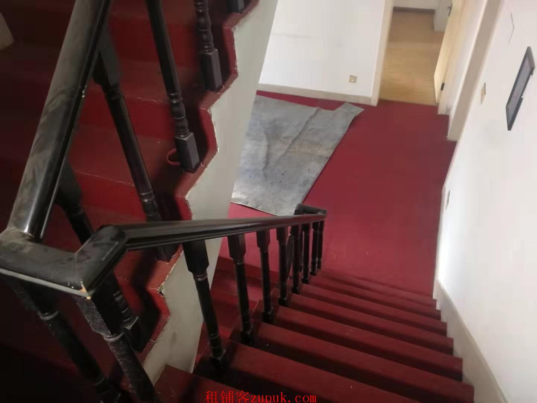 金雁路皇家花园240平米精装修别墅出租,适合办公和居家