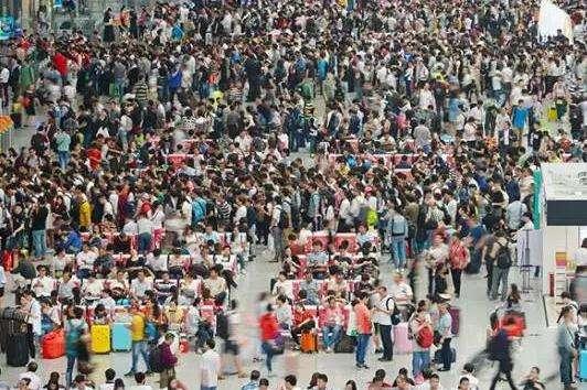 虹桥机场虹桥高铁站中间通道 美甲珠宝服装餐饮 每天8万客流