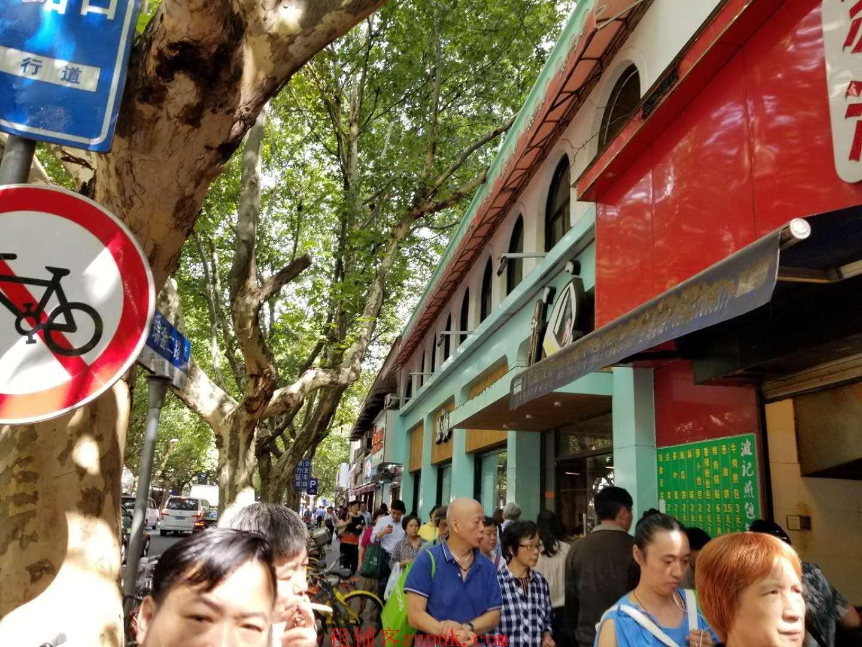 宛平南路沿街是在路口旺铺直租 无转让费 适合零售 炸串 奶茶