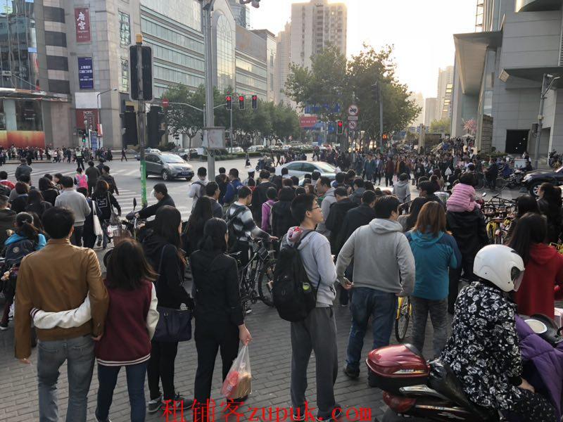 越秀区北京路文德北十字路口人流不断多展示面