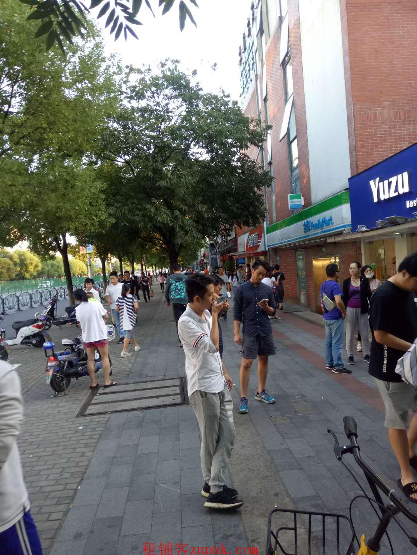 海珠区宝业路市场出入口人流不断宵夜一条街