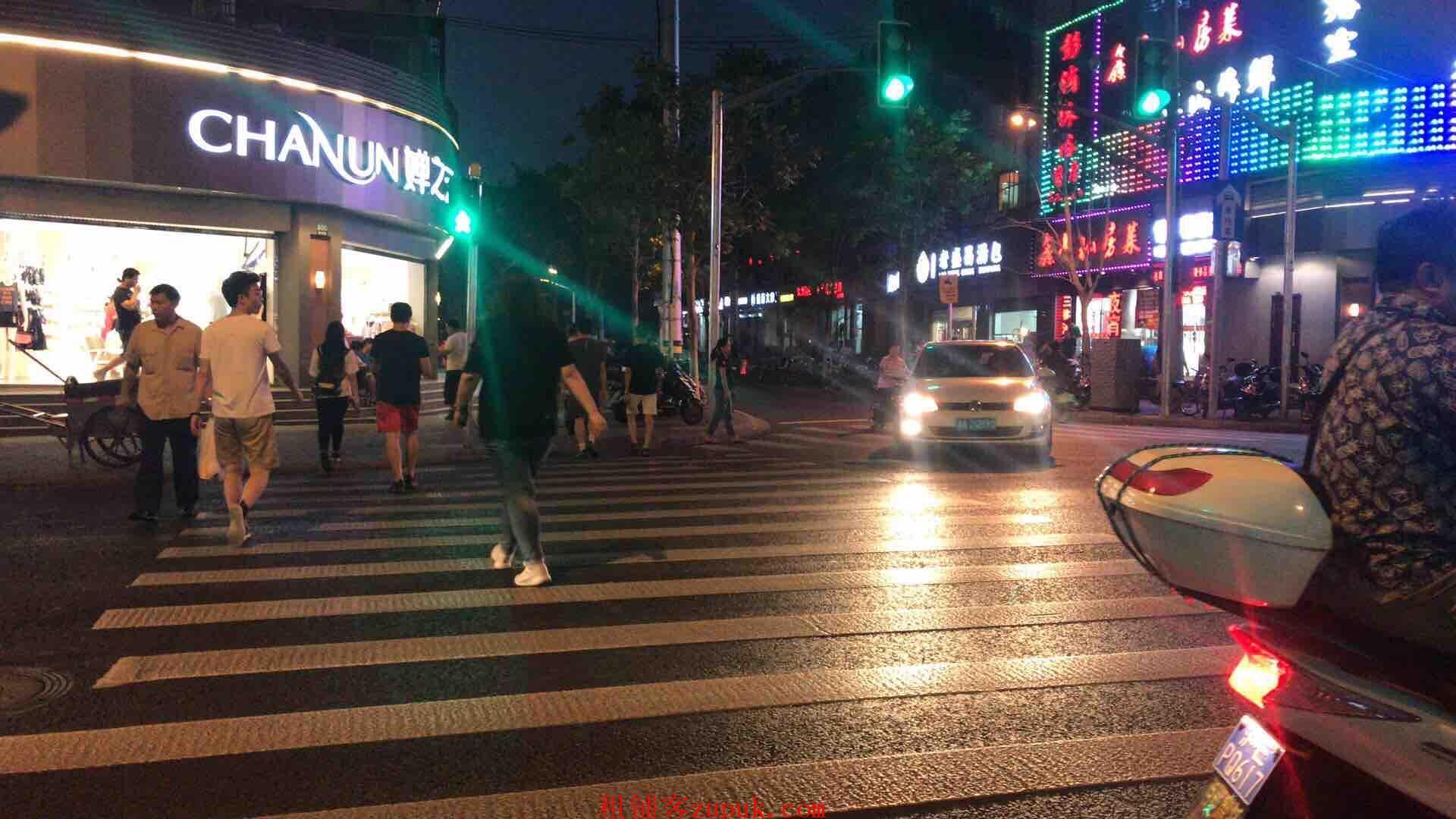 员村二横路临街旺铺,可明火重餐饮,十字路口位置,客流不断!