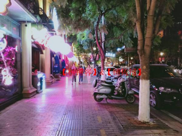 市中心法式风情街临街酒吧转让 看店勿扰员工